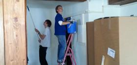 Freiwillige Helfer streichen die Wände und Decken
